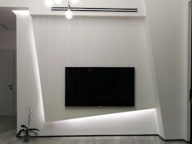 קיר סלון עם אלמנט עיצובי