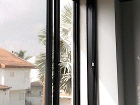 חלון עם טריקה חכמה