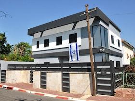 בית פרטי עם דגל ישראל