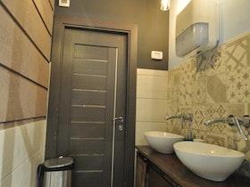מקלחת משופצת עם סגנון ייחודי