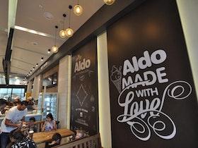 קיר מעוצב בבית קפה של אלדו