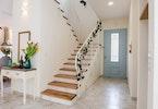 מדרגות עץ בבית פרטי לפני שיפוץ