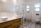 שירותים עם מקלחון שקוף