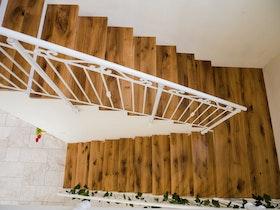 מדרגות עץ מנומר