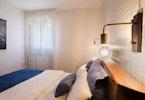 חדר שינה עם מיטה ומזרון