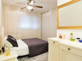 חדר שינה עם מיטה זוגית ומזרן
