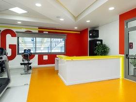 חלל כניסה מעוצב למכון כושר בצבעי כתום ואדום