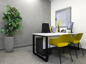 שולחן משרדי לבן במשרד משופץ
