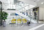 פרוזדור של משרדים עם 3 כסאות צהובות