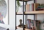 ספרייה עם ספריםוספה אפורה