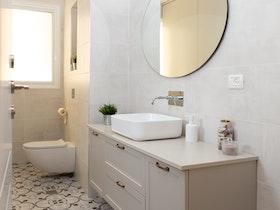 ארונית אמבטיה עם אסלה צפה וקרמיקת רצפה מרוקאית