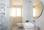 מקלחת עם אסלה ושירותים משופצים