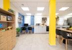 משרדים משופצים עם עמודות בצבע צהוב