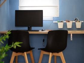 שולחן עץ עם 2 כסאות שחורות