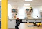 משרד עם 2 כוורות תלויות עם תנור אפיה