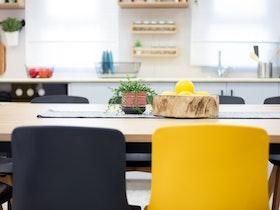 2 כסאות ישיבה בצבע שחור צהוב