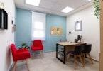 2 כורסאות אדומות ושולחן משרדי ו2 כסאות