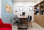משרד מעוצב עם עמדת מחשב