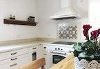 מטבח משופץ עם קולט אדים ותנור גז