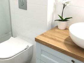 חלל אמבטיה עם שילוב עץ