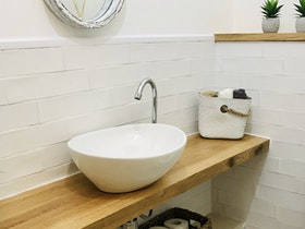 כיור אמבטיה מעוצב בצבע לבן