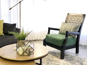 סלון מעוצב עם כורסת יחיד עם שטיח וינטג'