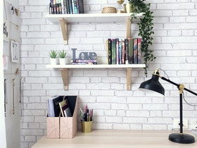 שולחן כתיבה עם קיר טפט