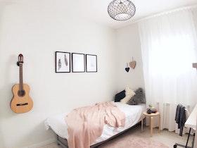 מיטת יחיד עם גטרה על הקיר