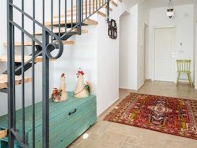 שטיח בפרוזדור ליד חדר מדרגות