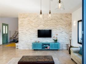 טלוזיה בסלון גדול עם מזנון תכלת ממתכת