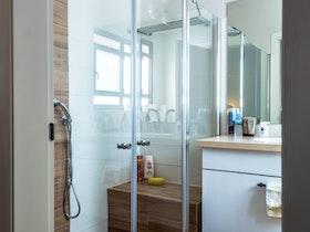 מקלחון זכוכית עם מדרגה בקרמיקה