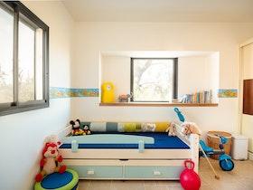 מיטה זוגית עץ מלא עם מעקה מיטה ומיטה תחתונה