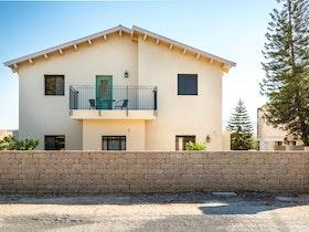 בית פרטי עם חומה מלבנים