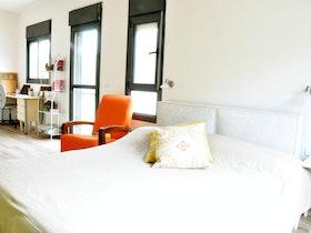 מיטה זוגית עם כריות