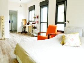 מיטה זוגית עם כורסא כתומה