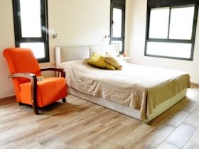 מיטה זוגית בחדר גדול ומרווח