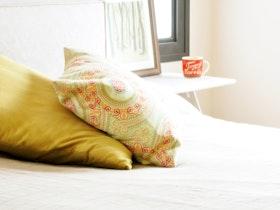 2 כריות מיטה על המיטה