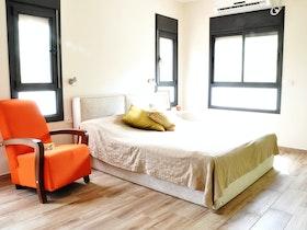 מיטה זוגית עם כורסת יחיד כתומה