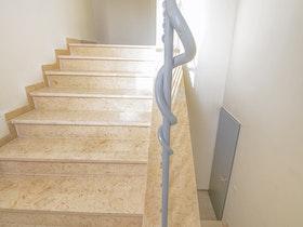 מדרגות של בית פרטי לפני שיפוץ כללי