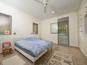 מיטה זוגית בחדר שלפני שיפוץ כללי