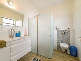 אסלה מרחפת עם מקלחון זכוכית