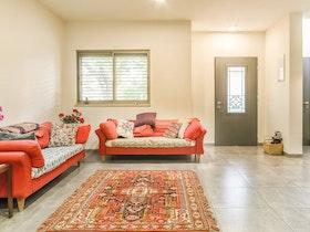 סלון עם רהיטים מפעם בצבע אדום