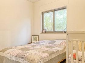 מיטה זוגית בחדר בקומה העליונה