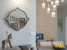 סלון משופץ עם מראה תלוייה על הקיר