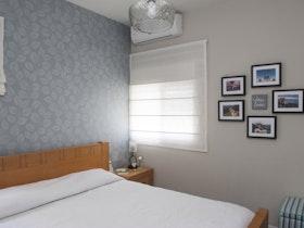 חדר הורים משופץ עם וילון לבן