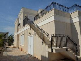 מדרגות לקומה עליונה בבית פרטי
