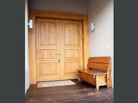 דלת כניסה עץ