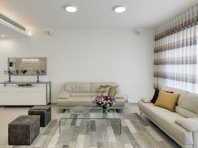 סלו ן3+2 עם שולחן סלון זכוכית ושטיח