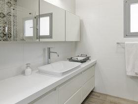 אורנית אמבטיה בצבע לבן כולו