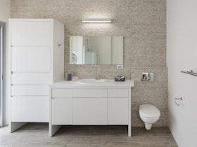 ארונית אמבטיה לבנה עם ארון דלת אחת לאחסון
